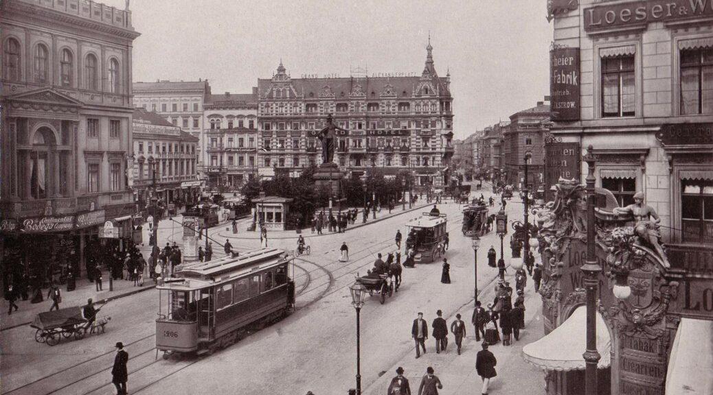Die Fotografie des Berliner Alexanderplatzes zeigt die urbanen Transportmittel um 1900.